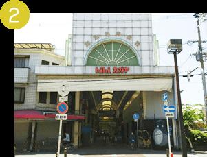 そのまま100m程直進すると「加賀屋商店街」が見えるので、中に入ります。